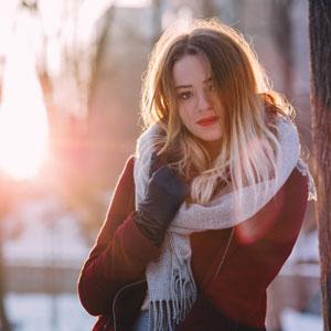 魅力的な長い髪が特徴的な女性