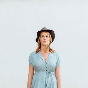 水玉模様の服を着ている女性