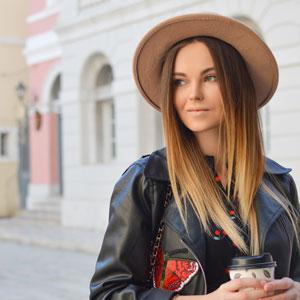 お洒落な帽子を被っている美しい女性