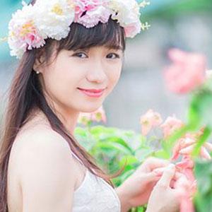 花かんむりをつけている女性