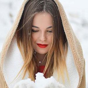 赤い唇が特徴的な女性
