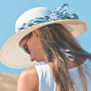 麦わら帽子を被っている女性
