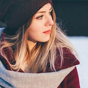 ニットの帽子を被った女性