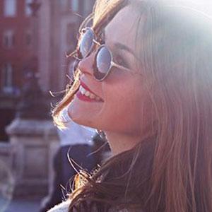 サングラスをかけている笑顔の女性