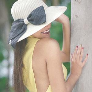 帽子で顔の半分が隠れている女性