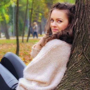 木にもたれかかっている女性