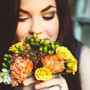花束を持っている綺麗な女性