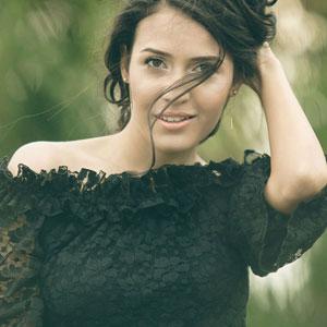 黒い服を着ている美しい女性