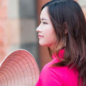 鮮やかな赤い服を着ている女性