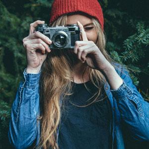 カメラを手に持っている女性