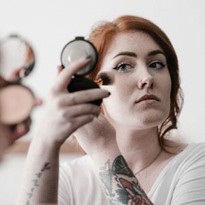 化粧中の女性