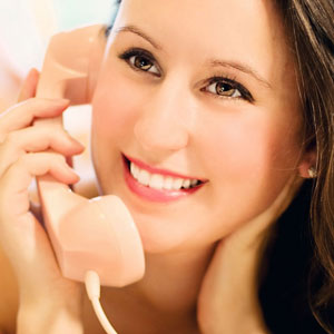 笑顔で通話中の女性