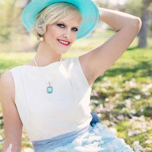 鮮やかな水色の帽子を被っている女性