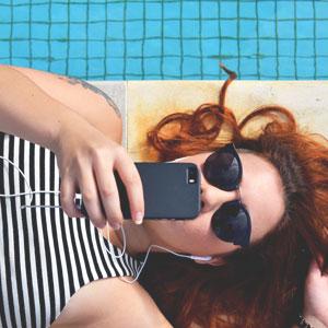 プールサイドに寝そべっている女性