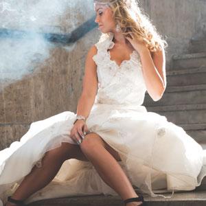 白いドレスを着ている女性