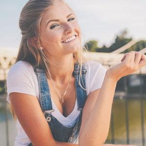 笑顔が素敵な美女