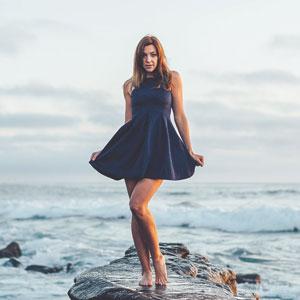 黒いドレスを着ている美しい女性
