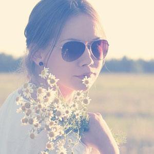 振り返ってこちらを見ているサングラスをかけた女性