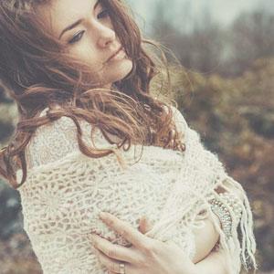 白いストールを羽織っている女性