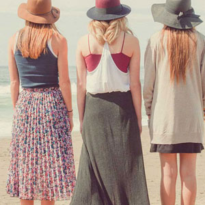 三人の女性の後姿