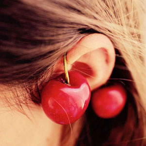 サクランボと女性の耳