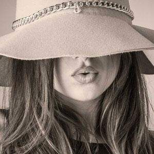 帽子を目深に被っている女性