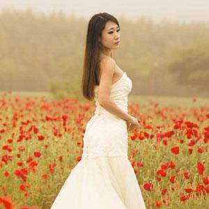 白いドレスを着た女性と花畑