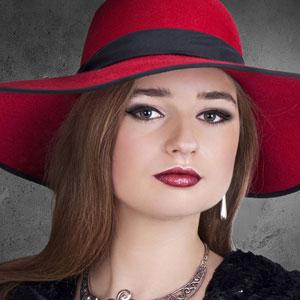 赤い帽子がお洒落な美しい女性