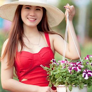 赤い服が似合う笑顔の素敵な女性