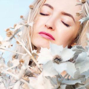 白い花と金髪の女性