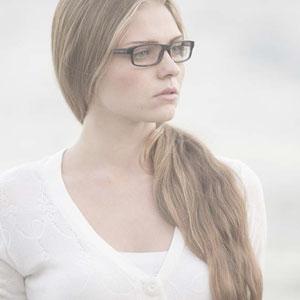 眼鏡の似合う髪の長い女性