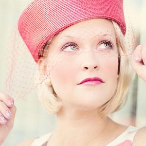 お洒落な赤い帽子を被っている女性