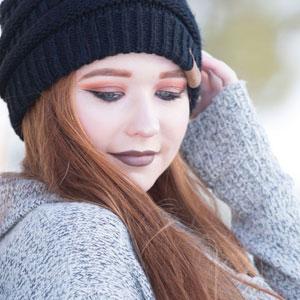 黒いニット帽を被っている女性