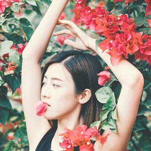 赤い花と女性