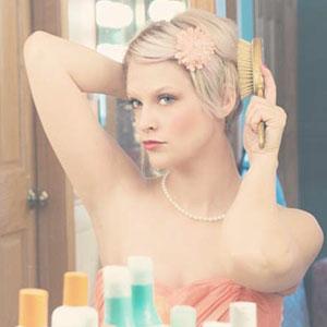 髪をセットしている女性