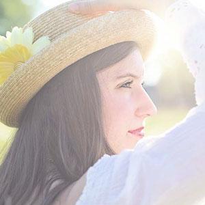 麦わら帽子を被っている女性の横顔