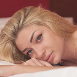 青い瞳が特徴的な女性