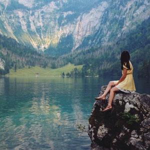 大自然の中に佇んでいる女性