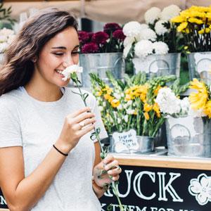 沢山の花と笑顔の女性