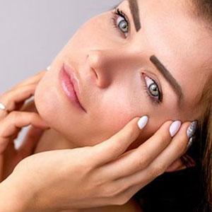 凛々しい眉毛が特徴的な女性