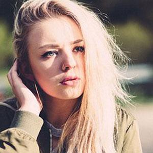 ロングヘアーの金髪が特徴的な女性