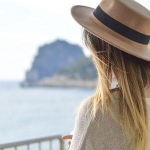 帽子を被った女性の後姿