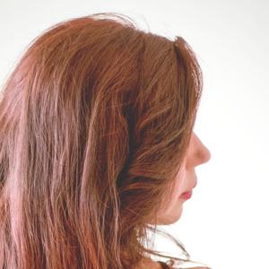 鼻筋の綺麗な女性の横顔