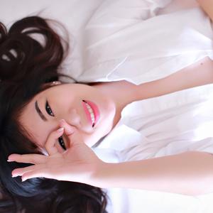 透き通った肌の笑顔が可愛い女性