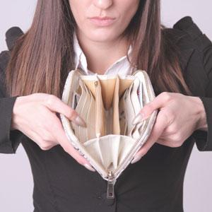 お財布を広げて中を見せる女性