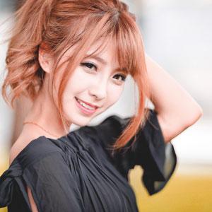 赤髪が特徴的な笑顔の可愛い女性