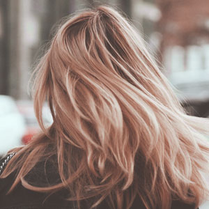 肩まで流れるロングヘアが美しい女性の後ろ姿