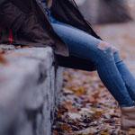 ジーンズをはいている女性の足