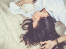 犬と一緒に眠っている女性
