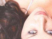 色素の薄い透明感のある目をした女性